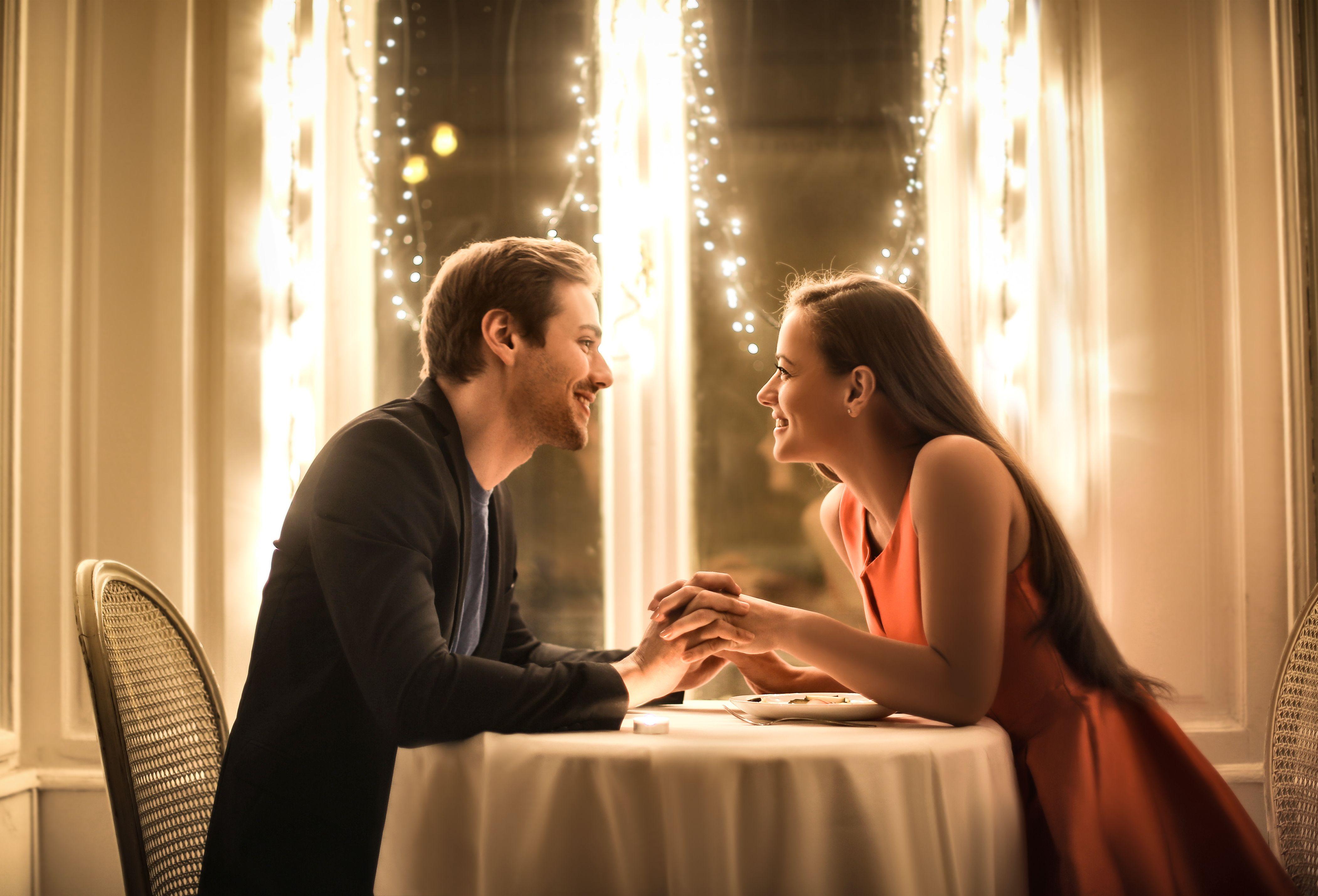 cita con una chica o chicas para ir a cenar